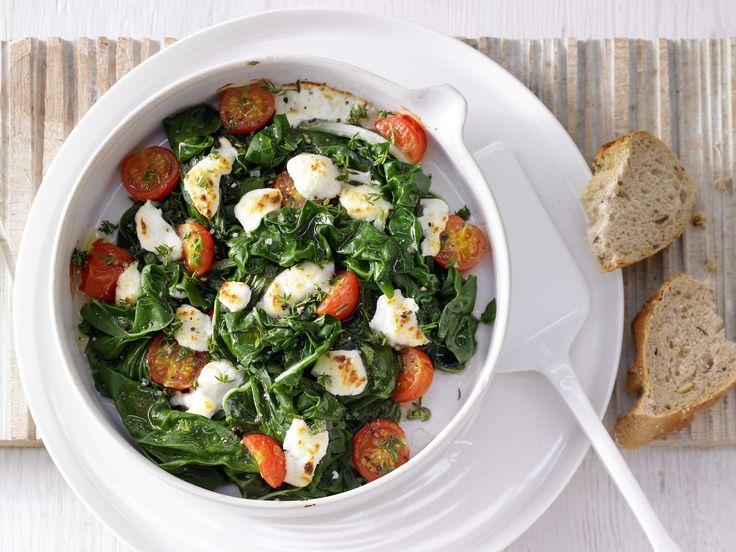 Vegetarischer Gemüsegenuss aus dem Ofen – pfiffig, aber einfach zuzubereiten: Überbackener Mangold - mit Tomaten und Ziegenkäse - smarter - Kalorien: 220 Kcal - Zeit: 30 Min. | eatsmarter.de
