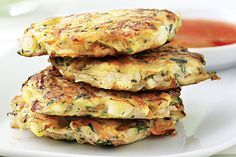 Kochen mit Kindern: Leckere Gemüsebratlinge mit Joghurt-Dip.