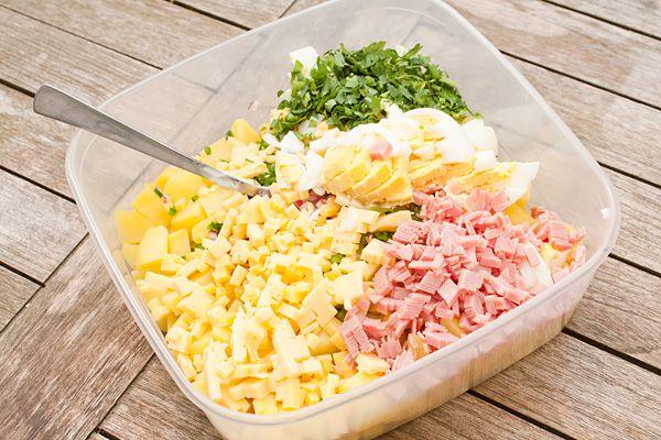 Aardappelsalade met ei, ham en kaas. Als onderdeel van een buffet of als bijgerecht bij de bbq maar op een warme dag ook heerlijk als hoofdmaaltijd.