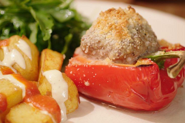 Fan van de Spaanse keuken? Deze heerlijk gevulde pepers met patatas bravas serveer je met pikante tomatensaus en klassieke lookmayonaise.