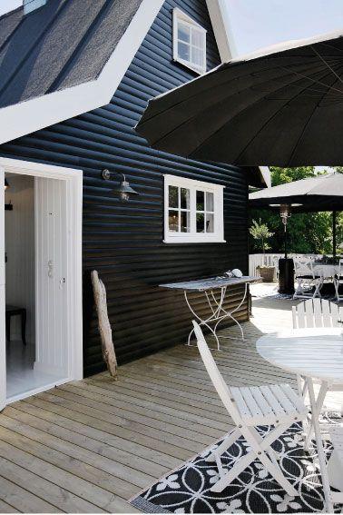 """Black siding, white trim.  """"Huset från 1939 blev en svartvit sommardröm! Välkommen in på en rundtur:  http://www.var-dags-rum.se/2012/07/huset-fran-1939-blev-en-svartvit.html"""""""