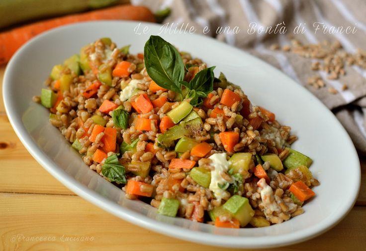 L'insalata di farro con zucchine carote e stracchino è un gustosissimo piatto freddo semplice e anche veloce da preparare. Può essere preparato in anticipo.