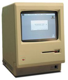 Le Macintosh 128K, lancé par Apple Computer le 24 janvier 1984. Premier succès commercial pour un ordinateur personnel utilisant une souris et une interface graphique. En forme de pavé vertical, affichant quelques icônes.
