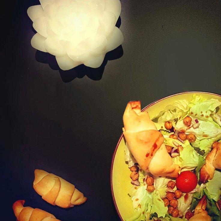 Quand tu as plus rien dans le frigo tu optes pour une salade fraîcheur avec des graines de courges salées et des pois chiches grillés.  Tu rajoutes quand même des croissants  fait maison à la mimolette et au jambon mais aussi au fromage de chèvre avec un peu de miel pour le côté sucré salé.  Bon appétit