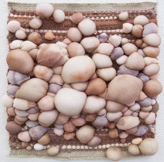 """Finde billede af strand på nettet, og lave """"sten"""" i bløde materialer, som limes på et stykke lærred m bånd og garn som tang."""