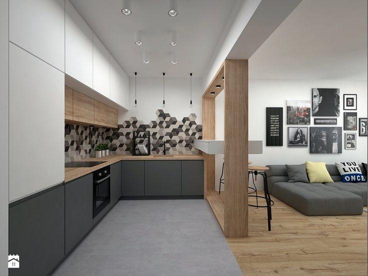 Une cuisine en L ouverte sur le salon. Du carrelage géométrique sur la crédence donne du rythme à l'espace.