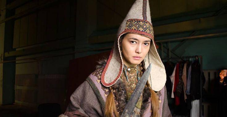 AMAZONLAR Kazak Türklerinin çektiği bir filmden sahneler. Saka döneminde yaşadıkları varsayılan ve Yunan mitlerinde adı geçen Amazonlar, yani savaşçı kadınlar.