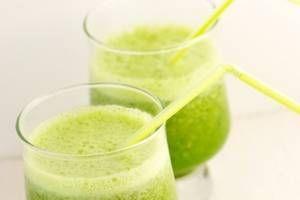Smoothie riche en fibres concombre-pomme-carotte Pour un verre : - 1 carotte - 1 pomme - 1/4 de concombre Epluchez les 3 ingrédients et passez-les à la centrifugeuse. Mélangez ensuite les 3 jus obtenus.