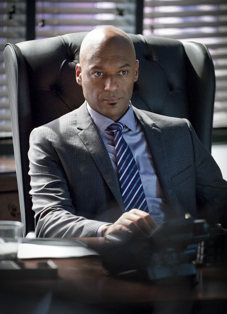 """Arrow -- """"Year's End"""" -- Image AR109b_0030b -- Pictured: Colin Salmon as Walter -- Photo: Cate Cameron/The CW -- ©2012 The CW Network. All Rights Reserved"""