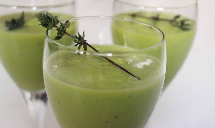 Smoothie met avocado, limoen en sinaasappelsap