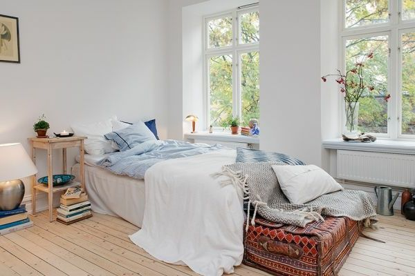 einzimmerwohnung-einrichten-bett-neben-den-fenstern