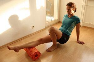Faszientraining ist eine sinnvolle Ergänzung zum Lauftraining. Wir zeigen dir die wichtigsten Übungen mit der Blackroll.