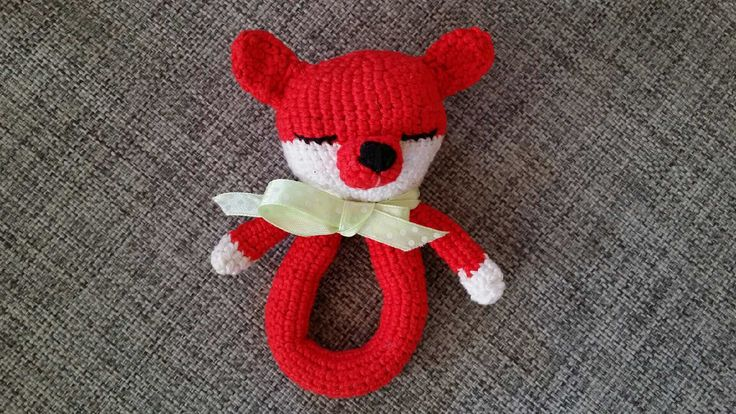 Crochet baby rattle - amigurumi fox. I used the linked pattern for a Teddy rattle, but made some modifications.  #diy #babytoy #virka #skallra #räv