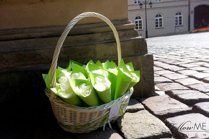 Koszyk z płatkami róż / Eleganckie białe dekoracje ślubne od FollowMe DESIGN / Basket with Rose Petals / Elegant White Wedding Decorations & Details by FollowMe DESIGN