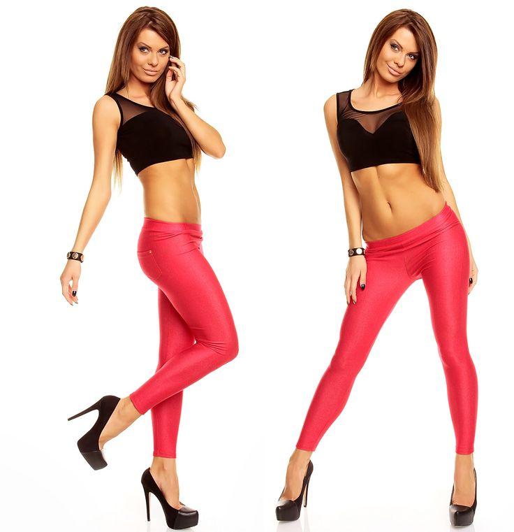 Legice imitacija jeansa Denim Pink so iz zelo elastičnega jeansa. Poletni model, ki se lepo prilega telesu. Na zadnji strani sta našita žepa z okrasnimi kovicami v kotih.