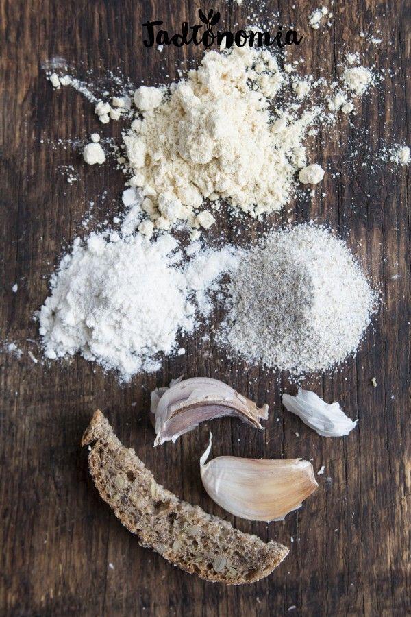 Jaglany zakwas na żurek      Czas przygotowania: do 30 minut  Składniki na pół litra zakwasu, które wystarczy na 5 litrów zupy:      1/2 szklanki mąki jaglanej lub innej ulubionej     1/2 litra letniej, przegotowanej wody     1 ząbek czosnku, obrany z łupiny i przekrojony na pół     opcjonalnie: skórka od chleba na zakwasie