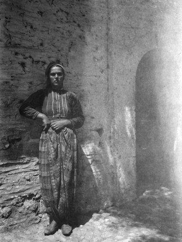 Γυναίκα με παραδοσιακή ενδυμασία. Χαλκιδική, γύρω στα 1935 Έλλη Παπαδημητρίου