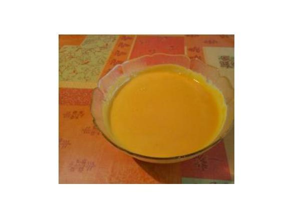 soupe carottes, PDT, kiri  500 gramme de carottes, (poids net dans le bol) 3 pommes de terre, (de taille moyenne) 1 oignon 1 gousse d'ail 1 litre d'eau 1 cube de bouillon, (pour ma part, j'ai cuisiné une poule au pot la veille, j'ai conservé le bouillon... Et donc remplacé le litre d'eau et le cube de bouillon par mon bouillon maison) 3 pincée de curry poudre 3 portion de Vache qui Rit 1 filet de crème fraiche
