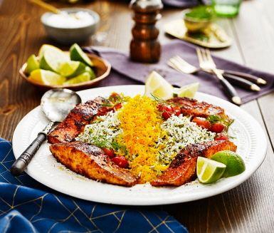 Sabzi polo ba mahi är en rätt som är given på flera iranska nyårsbord – och vi förstår varför! Ett smakrikt ris med mycket dill har själva huvudrollen