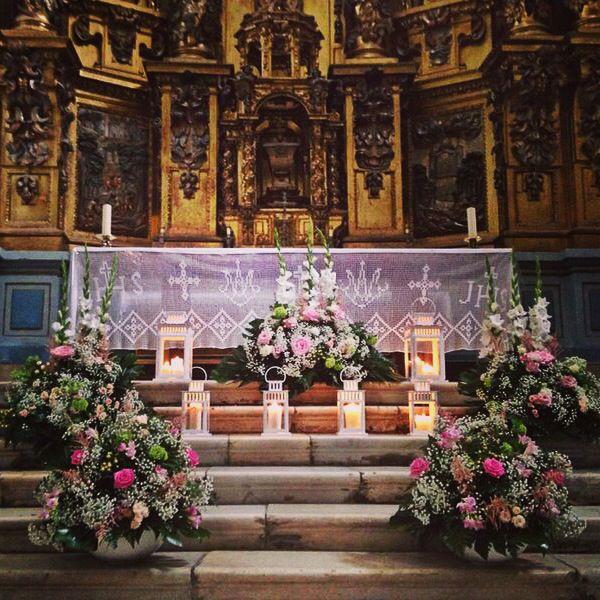 Altar con flores y velas decoraci n iglesia para boda for Decoracion de velas