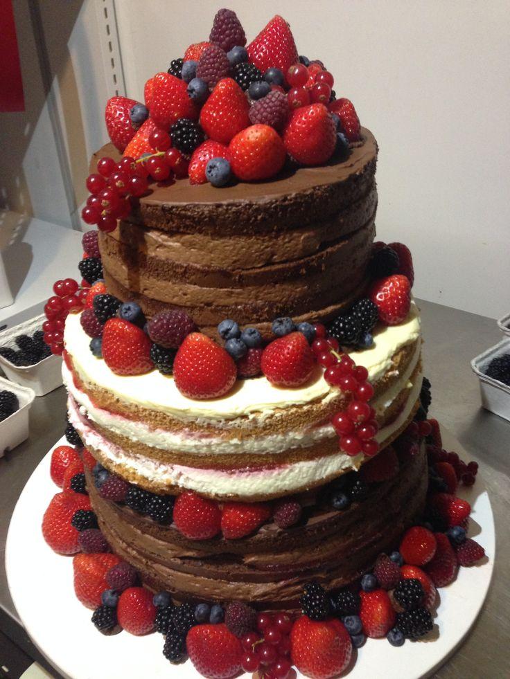 Třípatrový Naked cake v kombinaci světlých i tmavých korpusů, dozdobený čerstvým ovocem.