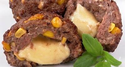 Фрикадельки по-техасски    Ингредиенты:  1 кг фарша (0,5 кг свинины+0,5 кг говядины)  200 г консервированной кукурузы  150-200 г твердого сыра  5 ст.л. рубленого арахиса  4 ст.л. острого кетчупа  соль и зелень по вкусу  растительное масло для фритюра    Приготовление:    Кукурузу без жидкости добавить к фаршу, всыпать арахис, влить кетчуп, посолить и хорошо перемешать.  Сыр порезать кубиками размером примерно 2х2 см.  Из фарша сделать небольшие лепешки, в центр каждой положить по кубику…