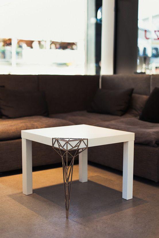 Der Designer Julien Schaab amputiert dem IKEA-Klassiker Lack ein Bein und verpasst ihm dann eine stylishe Prothese.Sehr schön! https://www.homify.de/ideenbuecher/35152/weisse-moebel