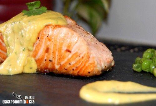 Receta de salmón con crema de naranja y cilantro. Con ingredientes mas tradicionales: http://www.lacocinadeauro.com/2008/02/salmon-a-la-crema-de-naranja-y-cilantro/