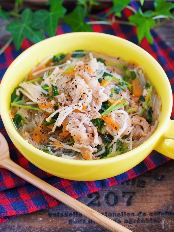 野菜高騰時にオススメ♪    豆苗を使った  ヘルシーなはるさめスープ♡    使う材料は、豚肉・はるさめ・豆苗  えのきだけ・にんじんと  どれも火が通りやすいものばかりなので  お鍋でサッと煮るだけ♪    栄養満点!お野菜たっぷりのスープが  10分もあれば出来上がりますよ〜( ´艸`)    そして、豆苗とえのきだけを麺に見立てているので、はるさめは少なめでもOK♪    ダイエット中なんかに  すごーくオススメです♡