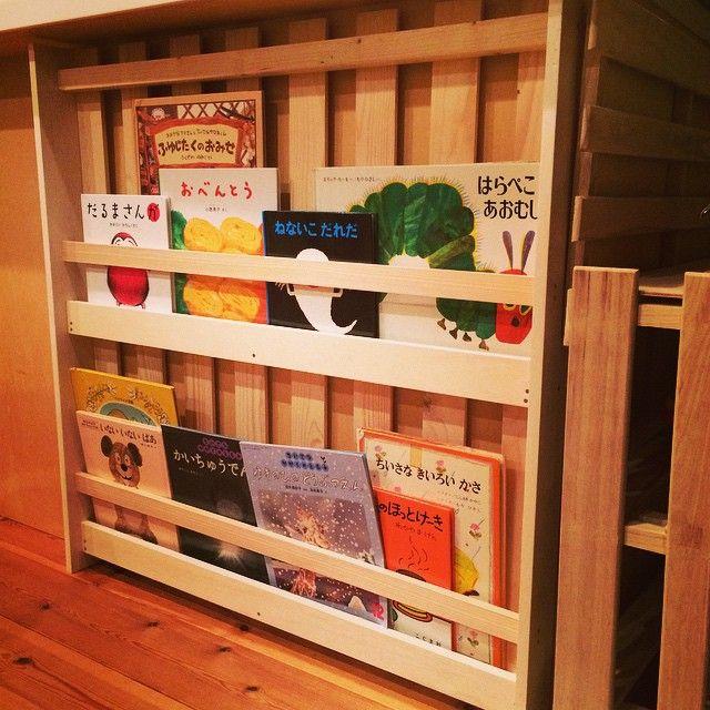 その4 すのこ絵本棚!私がんばったー(๑•̀ㅂ•́)و✧ 娘が絵本を持ってくることが増えたヽ(*´∀`*)ノ.+ #DIY #すのこ #絵本棚