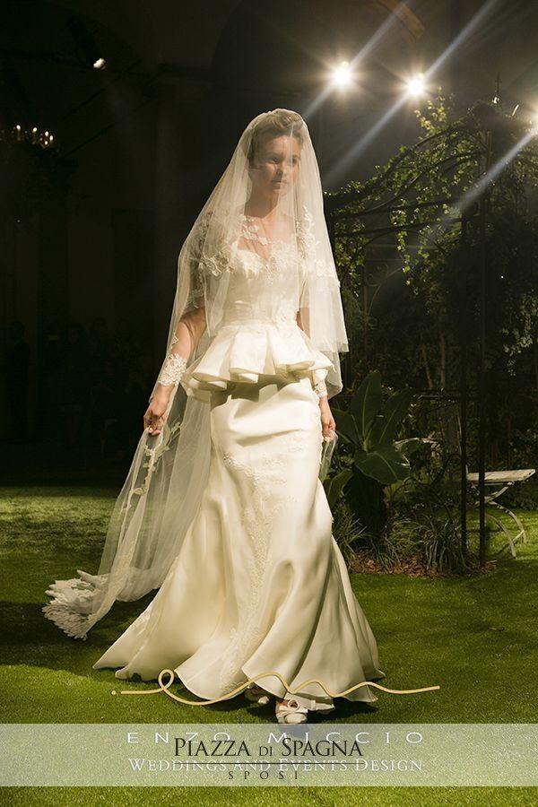 Spettacolare l'abito da sposa creato da #EnzoMiccio con peplum e velo ricamato coordinato.