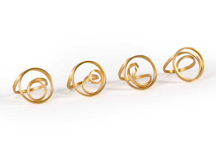 Ringe <em>Dreh dich….im Kreis</em>. Gelbgold 750, erhältlich Weißgold 750, Silber 925, Silber goldplattiert. 199 € bis 899 €.