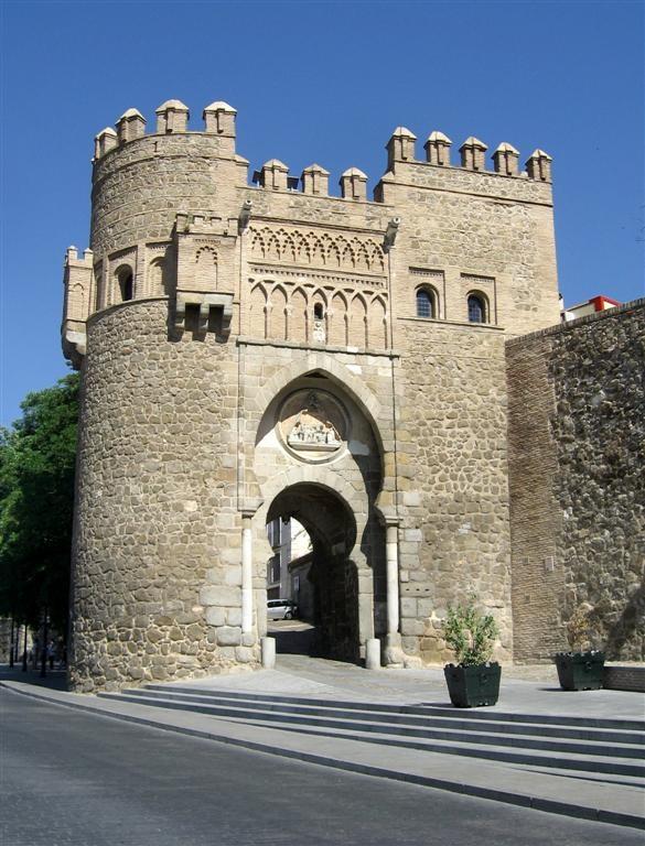 CASTLE OF SPAIN - Puerta del Sol, puerta fortificada que daba acceso a la ciudad amurallada de Toledo. Se trata de una puerta de albarrana, de carácter conmemorativo. Está fechada en el último cuarto del siglo XIV y es de estilo mudéjar con gran influencia nazarí. El arco de acceso es un arco de herradura, las almenas, los merlones y el friso de la puerta son de ladrillo, con arcos lobulados entrelazados.