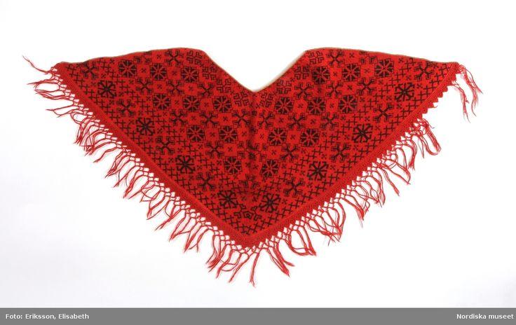 Trekantigt halskläde mönsterstickat i slätstickning med ullgarn, röd botten med svart mönster och i kanten bård med kryssmönster. Nås, Dalarna.