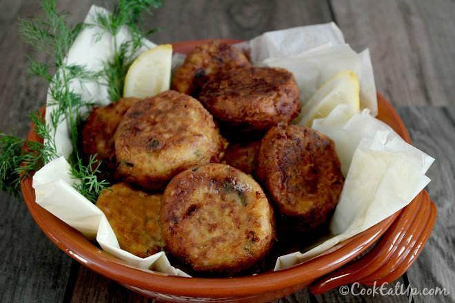 Από το Παγονέρι, ένα πανέμορφο και γραφικό χωριό της Δράμας, υπέροχοι κολοκυθοκεφτέδες μυρωδάτοι και τραγανοί! Αυτό το χωριό πέρα από το μαγευτικό του τοπίο, έχει μια δική του μαγειρική κουλτούρα με υπέροχες τοπικές συνταγές από πίτες και γλυκά. Εξαιρετική συνταγή για κολοκυθοκεφτέδες, τραγανούς και αφράτους! Τι θα χρειαστούμε… 1 κιλό κολοκυθάκια τριμμένα 1 κρεμμύδι τριμμένο …