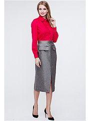 Юбка VICTORIA VEISBRUT  Стильная прямая юбка выполнена из мягкой шелковистой на ощупь костюмной ткани средней плотности с приглушенным блеском в тонкую жаккардовую полоску. Посадка по лини талии высокая. На спинке предусмотрена потайная застежка-молния пояс юбки фиксируется на потайной крючок и пуговицу. Спереди выполнены декоративные клапаны фальш-карманов. В нижней части спинки и переда по центру выполнены шаговые разрезы. Юбка великолепно скроена и очень качественно сшита. Рисунок ткани…