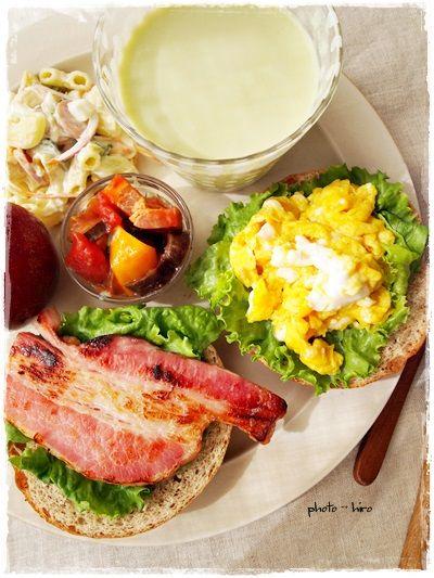 ベーグルのオープンサンドで朝ごはん - 【E・レシピ】料理のプロが作る ... ベーグルのオープンサンド(厚切りベーコン&スクランブルエッグ) ・いつかのラタトゥイユ・枝豆の冷製ポタージュ・マカロニサラダ・ソルダム