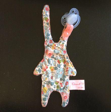 Les 25 meilleures id es de la cat gorie doudou lapin en exclusivit sur pinterest lapin toy - Fabriquer attache tetine ...