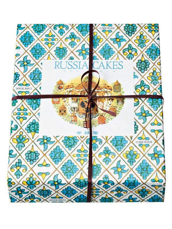 答えは……「千秋庵製菓」の「ロシアケーキ」!大正10年に開業した北海道・札幌にある菓子専門店の人気商品。昭和レトロな花柄がプリントされたブルーの箱には、サクサク、ホロホロ食感が特徴の同店オリジナル特製...