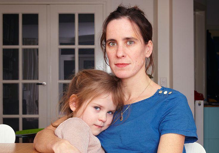 Regisseur Sara Kolster (38) was vijf toen haar zusje Anna overleed. De eerste herinnering na deze ingrijpende gebeurtenis is de geboorte van haar nieuwe zusje. De periode ertussen is een grijze vlek. Om erachter te komen hoe ze omging met dit verlies maakte ze een radiodocumentaire met betrokkenen van toen en interviewde ze zes kinderen van rond de 10 jaar oud, die óók hun broertje of zusje hebben verloren. De verhalen van drie van deze kinderen zie je in deze special.