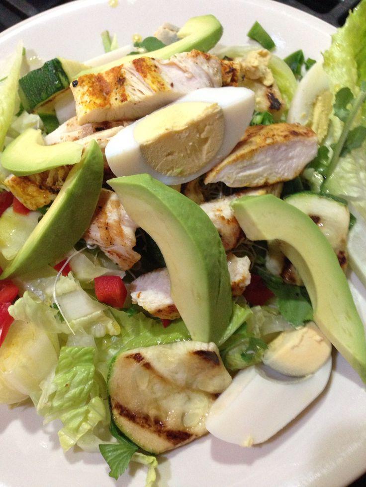 Lechugas, vegetales, pollo asado y huevo