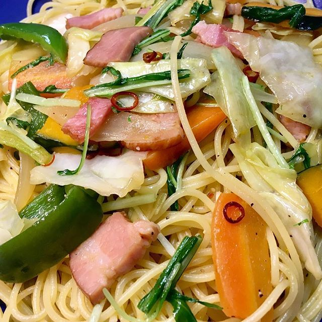 昨日のベーコンと野菜の炒め物からの、ペペロンチーノ!!  #スタジオ昼ご飯   #アミューズ写真広島  #アミューズ写真広島昼ごはん  #ランチ  #LUNCH  #アミューズ #広島 #hiroshima   #麺活