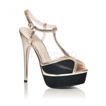 Sandalele Ruby de culoare neagra sunt o pereche pretentioasa de incaltaminte, dar care merita efortul de a fi asortata cu o tinuta inedita. Fine si delicate, Ruby iti alungesc vizual piciorul. Sandalele sunt comode si prietenoase cu piciorul, in pofida tocului cui de 15 cm si a platformei frontale de 3 cm.