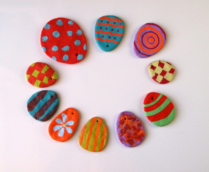 Basteln mit Kindern: Diese schönen Ostereier aus Salzteig bekommen auch kleinere Kinder schon sicher geformt.