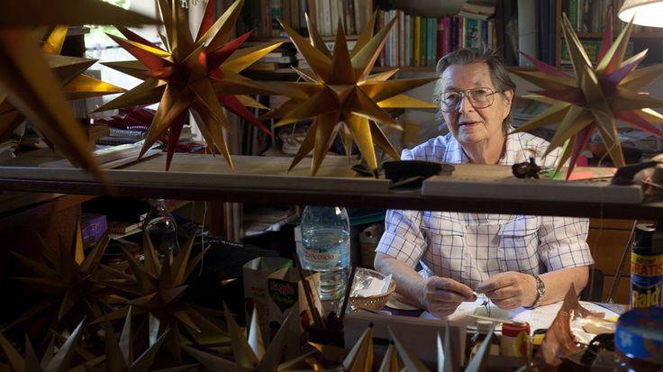 """Nació en Dahlewitz, Alemania, y legó a la Argentina a los 15 años con su familia, huyendo de las sombras de la Segunda Guerra Mundial. Dice que la primera frase que aprendió fue """"tu casa es la mía"""" porque así, con generosidad, la trataron en el país. Se dedicó a las artesanías en Santa Rosa de Calamuchita y durante 23 años tuvo su puesto enla Oktoberfest."""