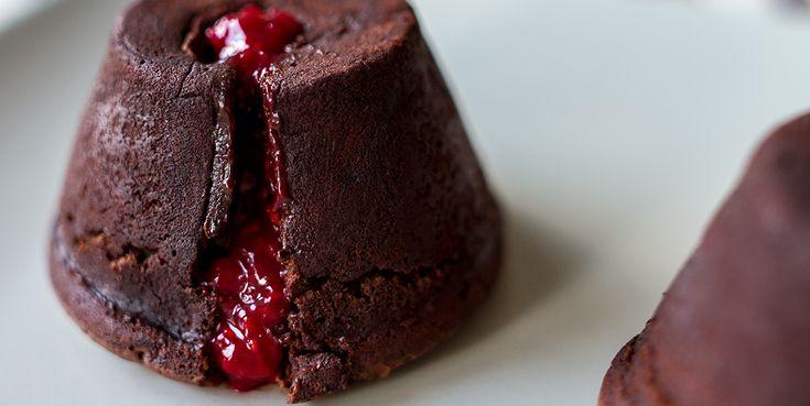 Μαγέψτε τους φίλους σας με μία απολαυστική συνταγή για Moelleux σοκολάτας με φράουλες