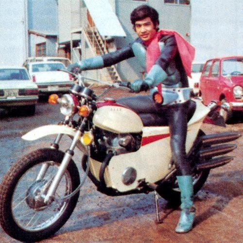 バイクにまたがる藤岡弘、