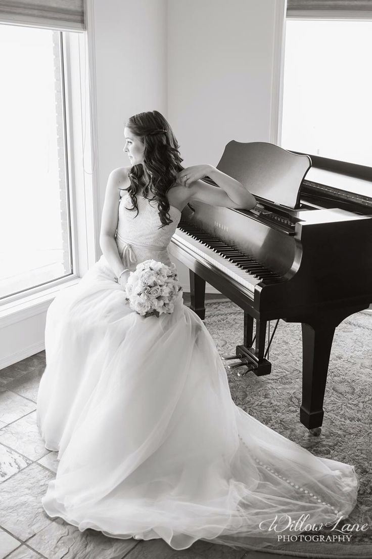 Bridal portrait by Willow Lane Photography - Barrie Wedding Photographer www.willowlanephotography.ca