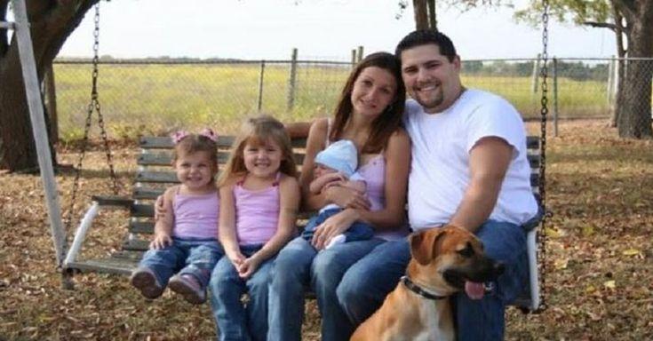 À primeira vista esta fotografia parece ser uma fotografia normal de uma família sentada num banco de baloiço. Masesta fotografia está a circular o ...