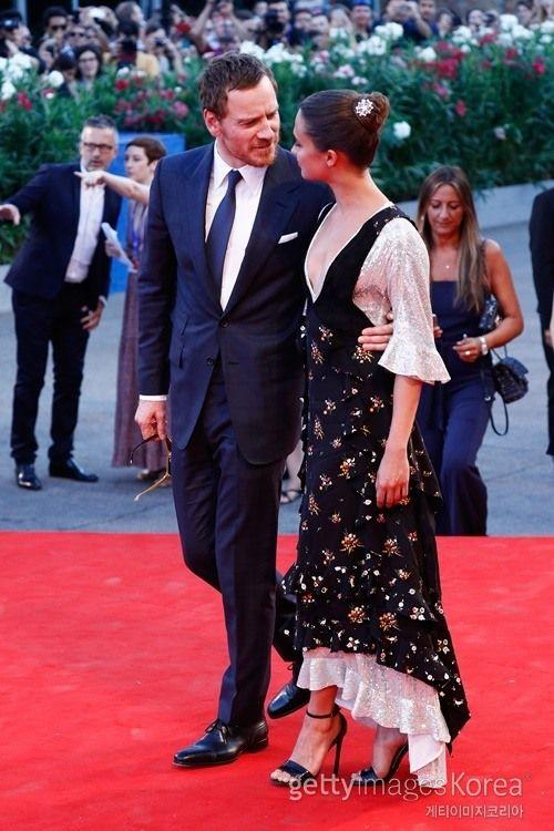 마이클 패스벤더♥알리시아 비칸데르, 커플의 달달 레드카펫[포토] :: 네이버 TV연예